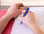 Student macht sich Notizen