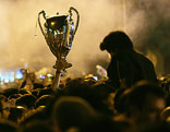 Fans halten eine Kopie des Champions-League-Pokals in die Höhe