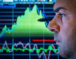 Broker and der New Yorker Börse mit Kurskurve im Hintergrund