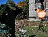 Rebellen feuern in der Nähe des Flughafnes Donezk einen Mörser ab