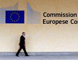 Mann passiert den Eingang zur EU-Kommission