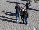 Menschen auf der Straße von oben fotografiert