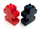 Rote und schwarze Figur aus Duplo-Bausteinen