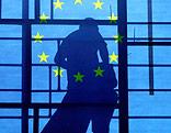 Umriss eines Arbeiters hinter einer EU-Flagge