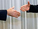 Die Hände von US-Außenminister John Kerry und Irans Außenminister Mohammad Javad Zarif