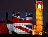 Big Ben und Westminsterpalast mit Union Flag eingehüllt