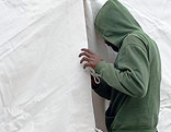 Flüchtling blickt in ein Zelt