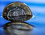 Eine griechische 1-Euro-Münze stehend im Wasser