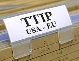 """Karteikartenschild mit der Aufschrift """"TTIP USA - EU"""""""