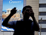 Umrisse eines Mannes vor einem Griechenland-Werbeplakat