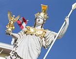 Justizia-Statue vor dem Parlament