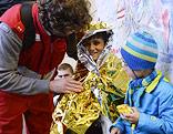Flüchtlingskinder und ein Helfer
