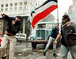 Gewaltbereite Demonstranten mit Jugoswien-Fahne im Jahr 2000