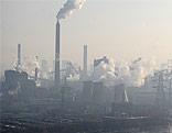 Rauchschwaden über einer Fabrik
