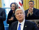 US-Präsident Donald Trump mit seinem Team