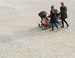 Zwei Frauen mit Kinderwägen