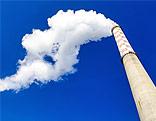 Rauchender Schlot eines Kohlewerks