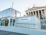 Glasstudio vor dem Parlament