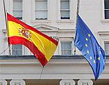 Spanische und EU-Fahne auf hlabmast