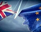 EU-Flagge und GB-Flagge werden zerschnitten