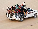 Flüchtlinge auf Auto