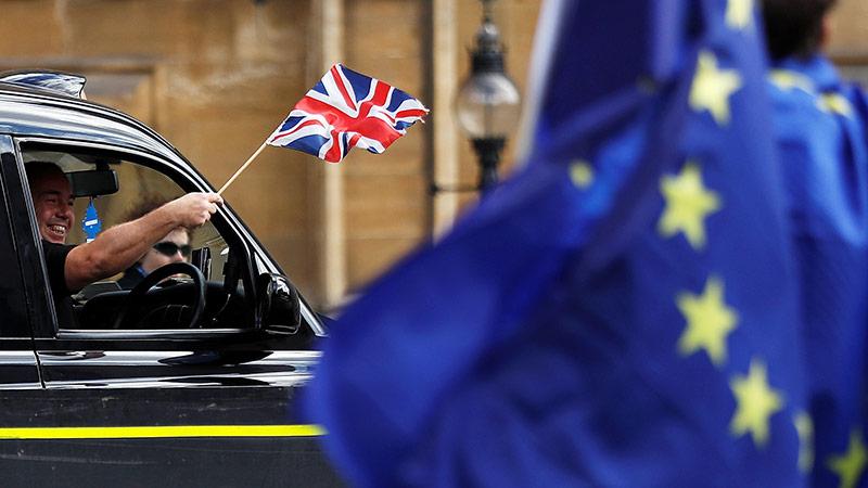 Britische Fahne und EU-Fahne