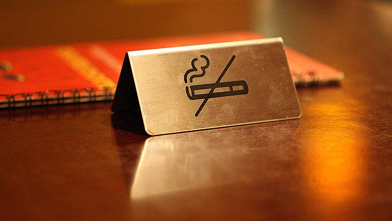 Rauchverbotsschild in einem Lokal