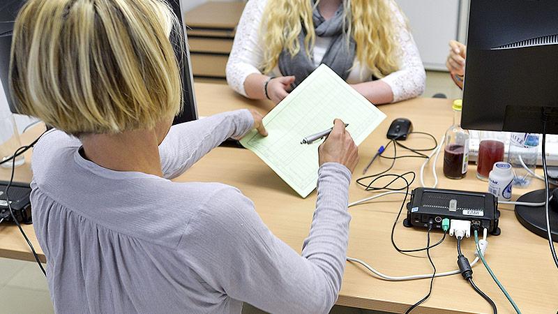 Frau unterzeichnet Volksbegehren