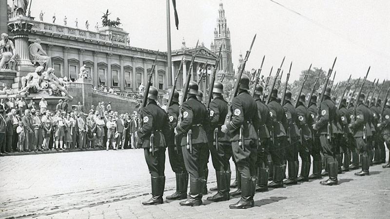 SS-Männer vor dem Parlament in Wien