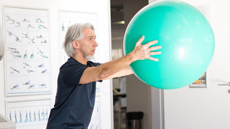 Älterer Mann mit Ball