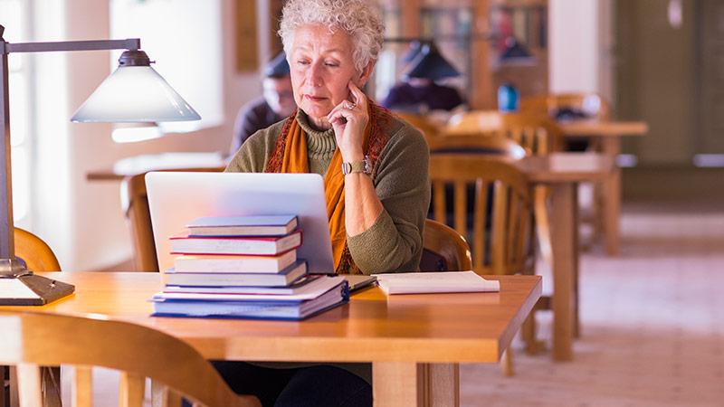 Ältere Frau bildet sich weiter