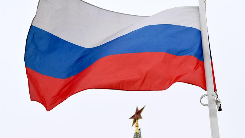 Russische Flagge weht im Wind