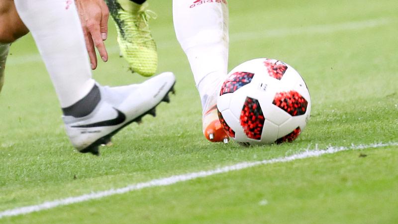 Fußballerbeine mit Ball