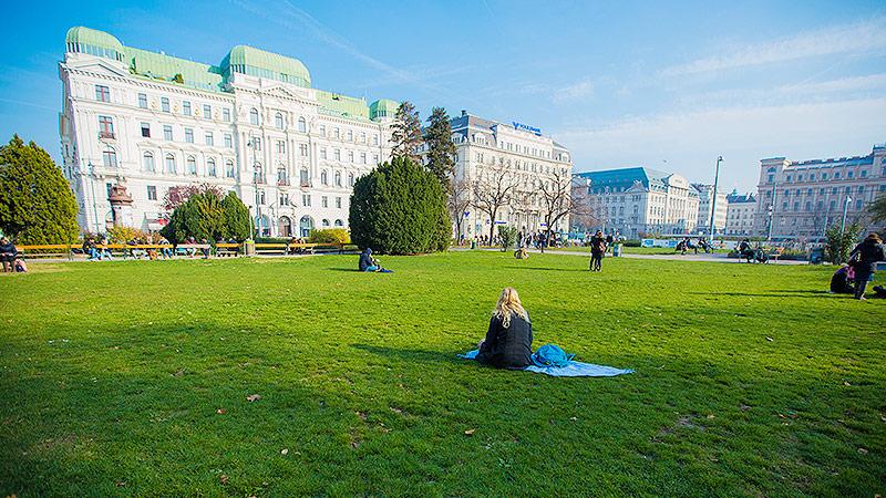 Frau sitzt in Park