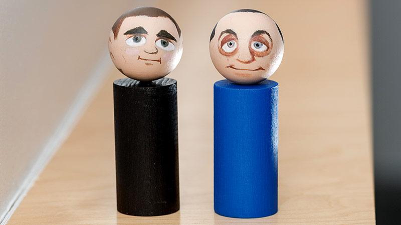 Holzfiguren, die Sebastian Kurz und Heinz-Christian Strache darstellen