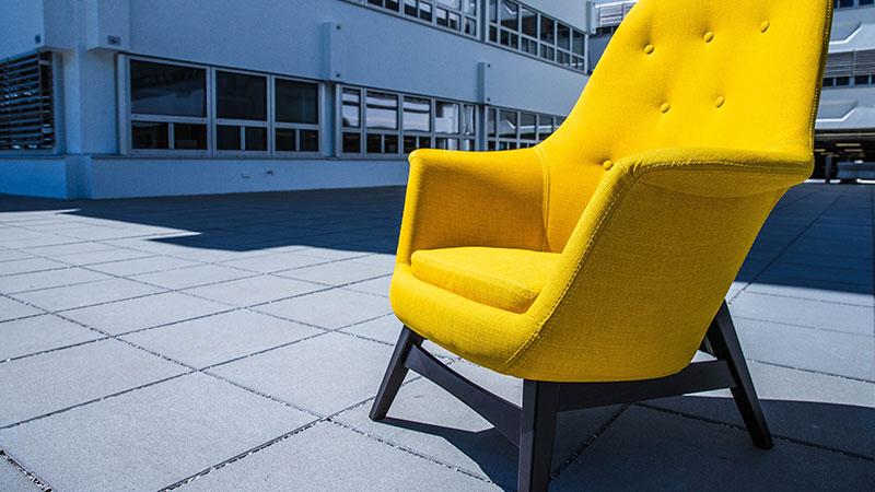 Gelber Sessel vor dem ORF-Zentrum