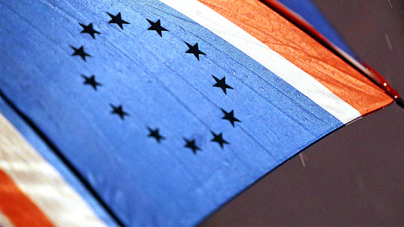 Regenschirm mit Union Jack und EU-Sternen