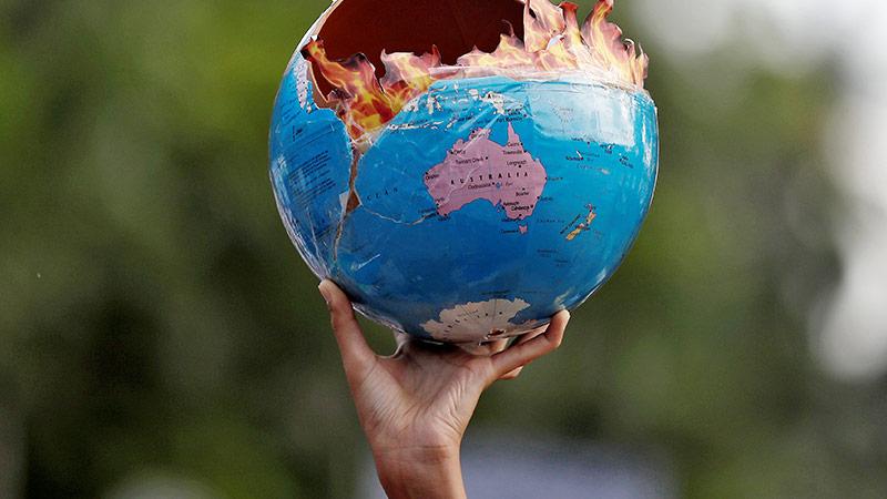 Brennende Weltkugel bei einer Demonstration