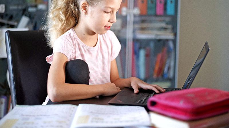 Schülerin beim E-Learning auf einem Laptop