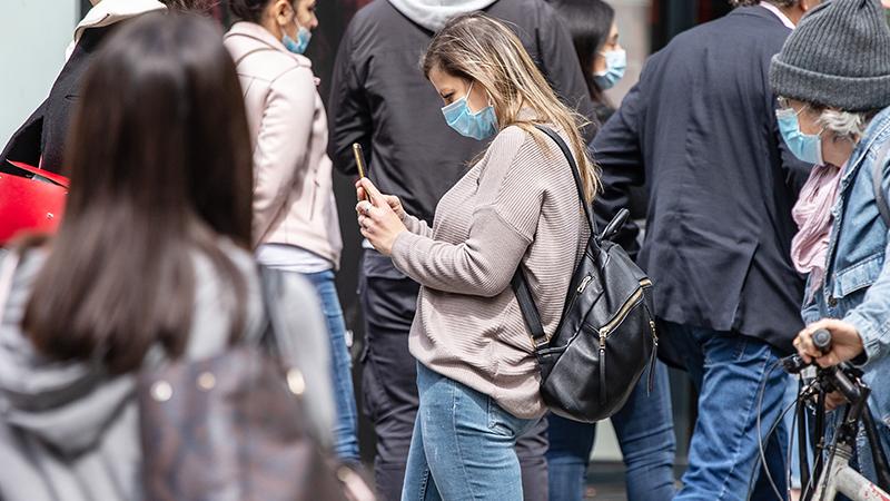 Menschen mit Masken auf der Straße