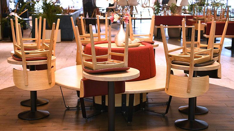 Hochgestellte Sessel in einem Geschäft