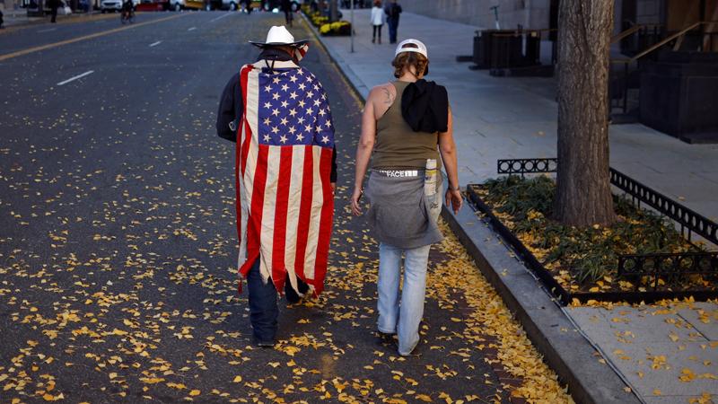 Mann mit einer US-Flagge