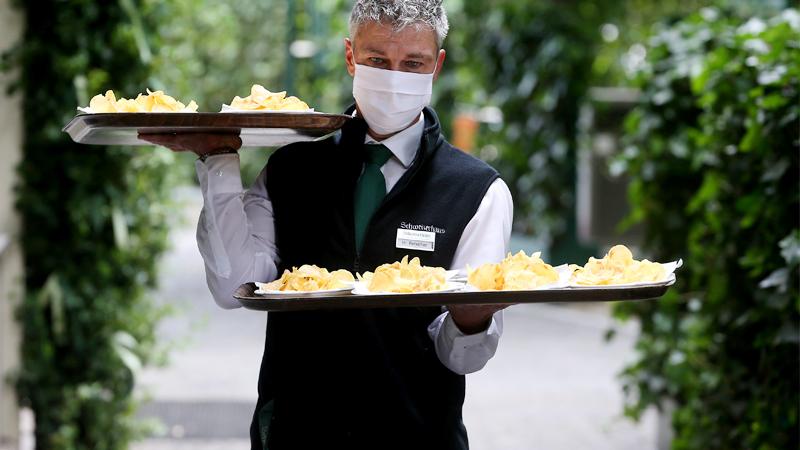 Kellner in einem Gastgarten