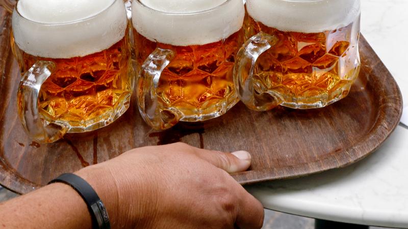Bierkrüge auf einem Tablett