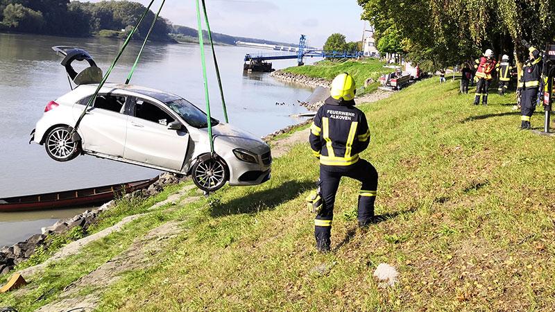 Freiwillige Feuerwehr beim Bergen eines Autos