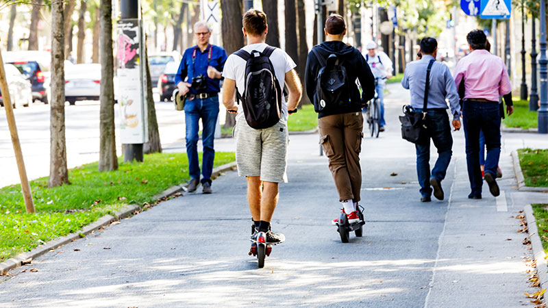 Jugendliche auf E-Scootern auf dem Wiener Ring