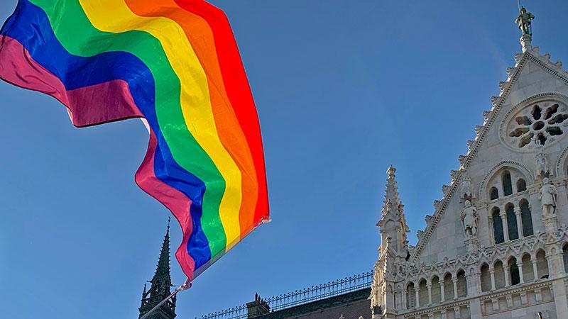 Regenbogenfahne vor dem ungarischen Parlament