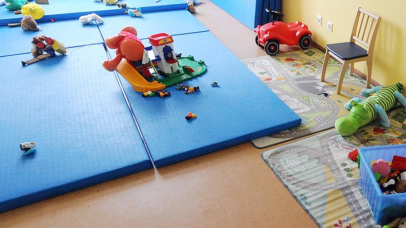 Kinderspielzeug in einem Anhaltezentrum