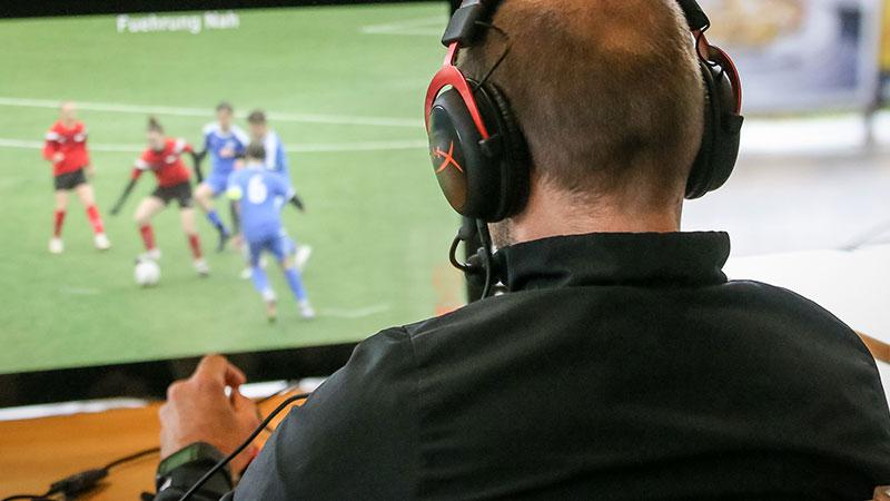 Ein Schiedsrichter vor einem Monitor
