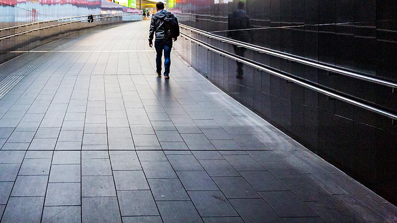 Mann in Fußgängerdurchgang
